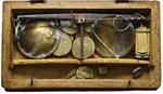 Bilancia in scatola in legno con 16 pesi ...