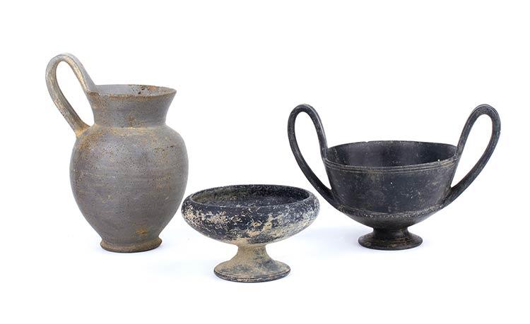 Gruppo di tre vasi etruschi in ...