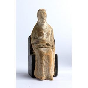 Figura femminile seduta  Magna Grecia,  V - ...
