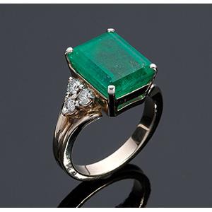 Anello in oro 18K con smeraldi e brillanti; ...