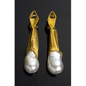 Paio di orecchini in oro verde e perle ...