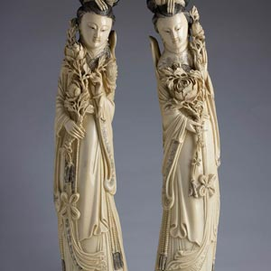 Coppia di sculture in avorio raffiguranti ...