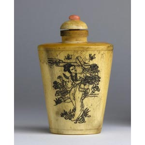 A bone snuff bottle;XX century; 7,9 cm;