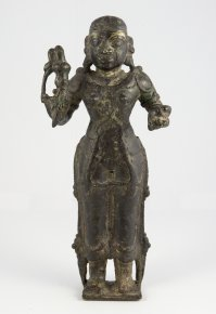 Statua di Devi in posizione frontale. ...