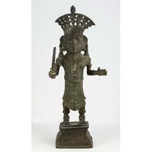 Statuetta coronata di  sovrano guerriero ...