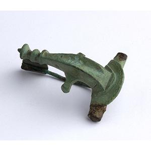 Fibula a cernira in bronzo I-II secolo d.C.; ...