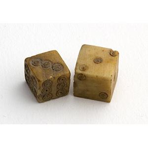 Due piccoli dadi in osso I-IV secolo d.C.; ...