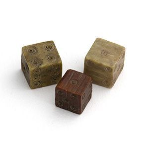 Tre piccoli dadi in osso I-IV secolo d.C.; ...