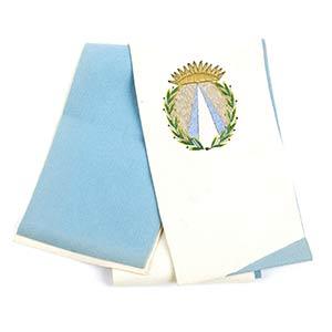Fascia bianca e azzurra con scudo ricamato. ...
