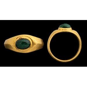 Castone romano di smeraldo in anello doro ...