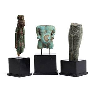 Gruppo di tre amuleti in faience e ...