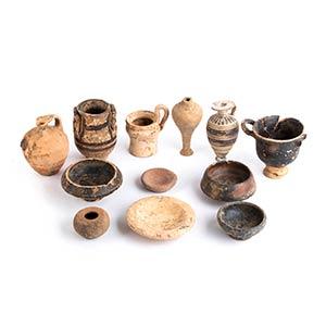 Gruppo di dodici vasetti VI - III secolo ...