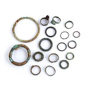 Gruppo di diciassette anelli e bracciali in ...