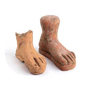 Coppia di piedi votivi in terracotta IV - II ...