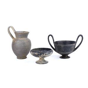 Gruppo di tre vasi etruschi in bucchero VII ...