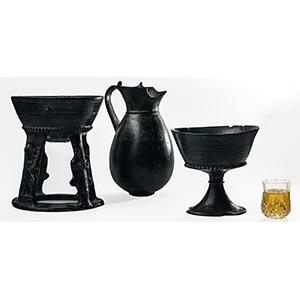 Gruppo di tre vasi etruschi in bucchero Fine ...