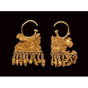 A pair of eastern greek gold earrings. H. 50 ...