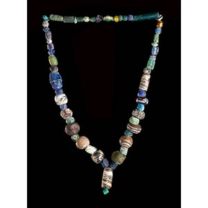 A GLASS BEADS NECKLACE WITH PENDANT70 ...