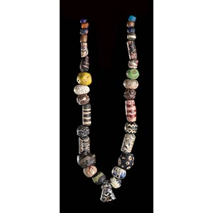 A GLASS BEADS NECKLACE WITH PENDANT68 ...